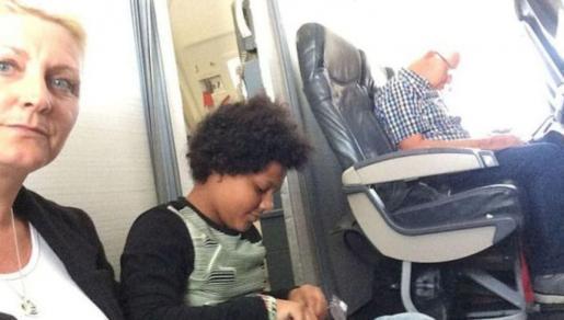 Paula Taylor y su hija durante el vuelo. Sus asientos no existían.
