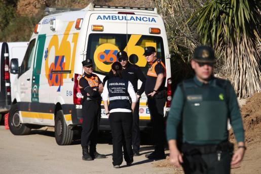 Guardia Civil, efectivos del 112, Consorcio Provincial de Bomberos, Protección Civil, el Equipo de Rescate e Intervención de Montaña (EREIM) de Álora y Granada, Grupo Especial de Actividades Subacuáticas (GEAS) de la Guardia Civil, bomberos de Málaga capital y equipos de psicologos continúan en la finca.