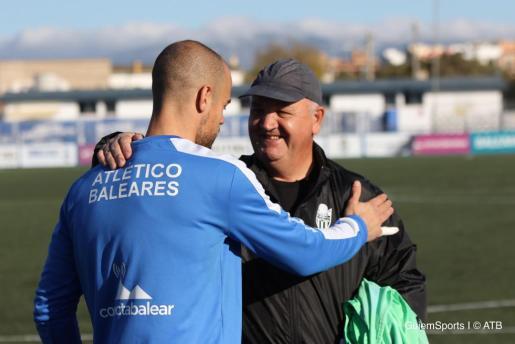 Rubén Miño saluda a Manix Mandiola poco antes de iniciar una sesión de entrenamiento en Son Malferit.