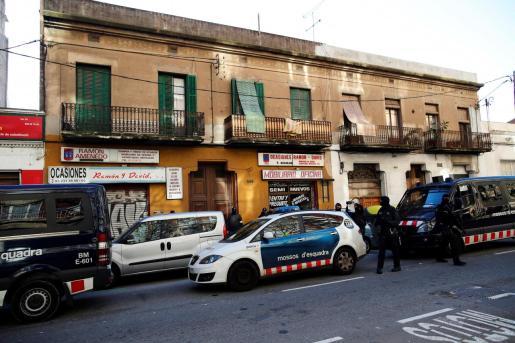 Agentes de los Mossos d'Esquadra custodian el edificio en el número 596 de la calle Consell de Cent de Barcelona, en el que se ha efectuado una operación antiterrorista.