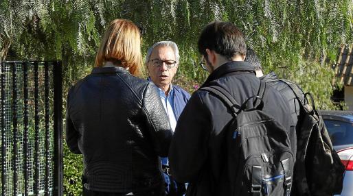 Un vecino de la urbanización Las Palmeras atiende a los periodistas.