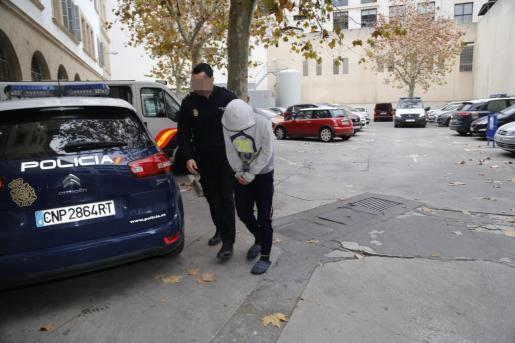 Uno de los detenidos por los asaltos a taxista, antes de pasar este miércoles a disposición del juez.