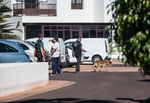 La Guardia Civil registrando el domicilio de la mujer desaparecida en Lanzarote.