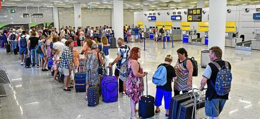 Colas de pasajeros de Ryanair afectados por la huelga del pasado mes de julio de tripulantes de cabina de la compañía.