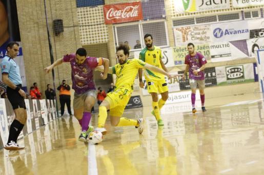 El jugador del Palma Futsal Tomaz intenta superar la defensa de un rival.