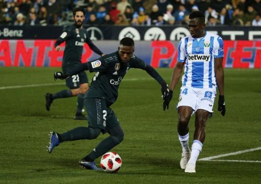 El jugador del Real Madrid Vinicius intenta superar la defensa de Omeruo.