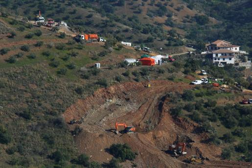 Vista de la zona y del operativo que participa en las tareas de rescate de Julen, el niño de 2 años que cayó el pasado domingo a un pozo en Totalán.