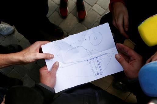 Los técnicos mostrando un dibujo a los periodistas sobre las opciones del rescate de Julen.