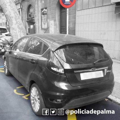 Imagen del vehículo aparcado de forma irregular.