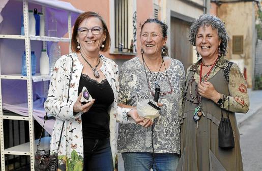 Carmen Orte, primera por la izquierda, en junio, cuando recibió un galardón de la asociación feminista Adibs.