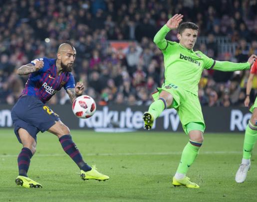 El centrocampista chileno del FC Barcelona Arturo Vidal (i) dispara a puerta junto al macedonio Enis Bardhi, del Levante UD.