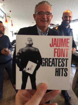 Jaume Font, con la portada de sus grandes éxitos.
