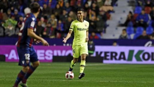El jugador del Barcelona Chumi, durante el partido disputado en el Ciutat de Valencia.