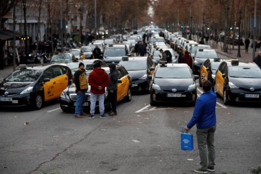 Los taxistas del área metropolitana han decidido este viernes ocupar la confluencia de la Gran Vía con el Passeig de Gràcia de Barcelona.