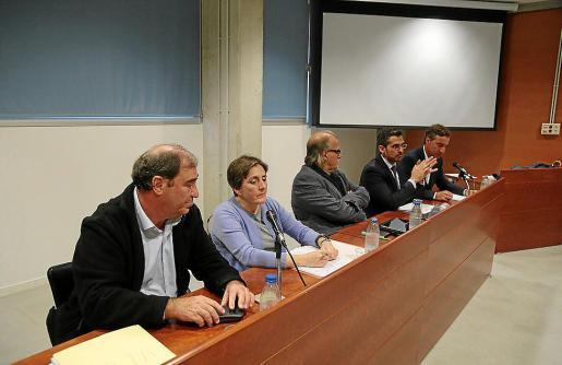 Juan Carrau; la profesora de la Complutense Benita Benéitez; el director general de IB3, Andreu Manresa; el abogado y profesor de la UIB Jaime Campaner y Tomeu Trias, profesor titular de la UIB, en la mesa redonda.