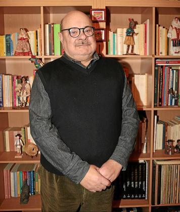 Francesc Vallcaneras, este viernes, en la biblioteca de su casa de es Pont d'Inca.