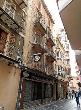 El edificio está en la céntrica calle Estrella, al lado del Ajuntament.