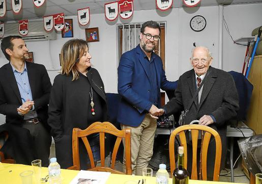 Noguera, Tur y Carrió abrazaron al superviviente de la represión franquista.