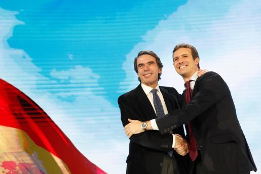 El presidente del PP, Pablo Casado, acompañado del expresidente del Gobierno y presidente de la Fundación FAES, José María Aznar, durante la segunda jornada de la Convención Nacional del Partido Popular.