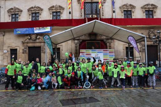 Algunos participantes de la diada ciclista de Sant Sebastià, que se ha suspendido finalmente por la lluvia.