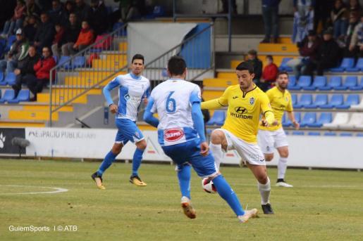 Hugo Díaz intenta controlar el balón en un lance del partido disputado en El Collao.
