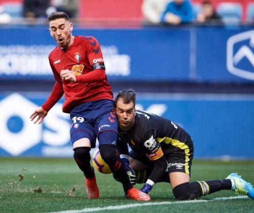 El osasunista Kike Barja aprovecha un error de Manolo Reina para marcar el primer gol de Osasuna