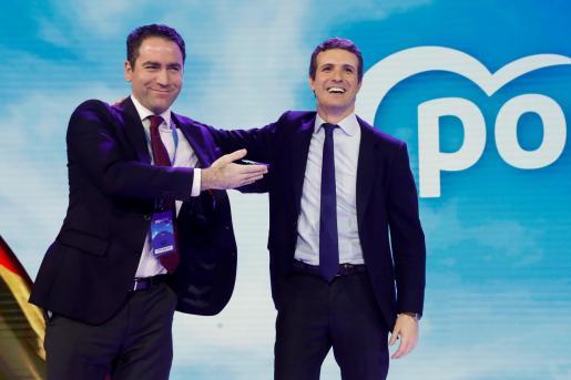 El presidente del PP, Pablo Casado (d), junto al secretario general, Teodoro García-Egea, durante la clausura de la Convención Nacional del Partido Popular que se ha celebrado desde el viernes el Recinto Ferial IFEMA de Madrid.