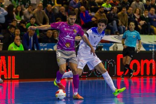 Bruno Taffy protege el esférico ante la presión de un jugador del UMA Antequera.
