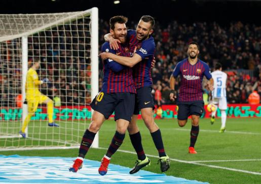 Jordi Alba felicita a Messi tras marcar el tercer tanto del Barcelona en el triunfo ante el Leganés en el Camp Nou.