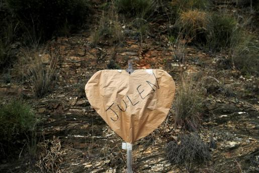 Un corazón con el nombre de Julen, en el lugar donde cayó al pozo.