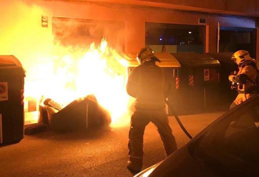 Imagen de archivo de los bomberos de Palma, sofocando un incendio en unos contenedores.