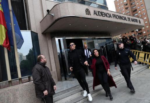Cristiano Ronaldo y su novia Georgina Rodriguez, tras salir de la Audiencia Provincial de Madrid.