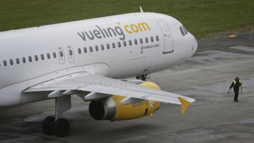 Un avión de la compañía Vueling preparándose para una operación de despegue.