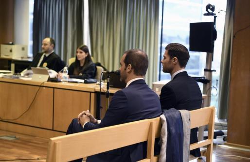 El exjugador del Real Madrid Xabi Alonso (d), este martes en la Audiencia Provincial de Madrid, donde es juzgado por presuntamente defraudar a Hacienda.