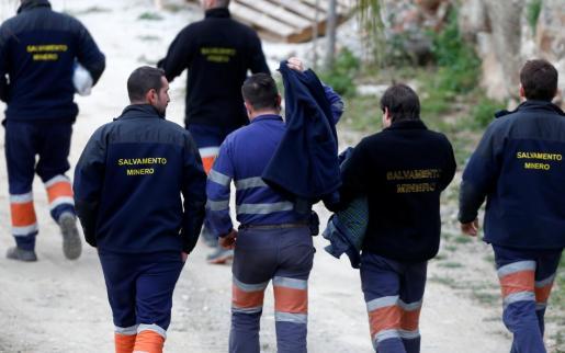 Los mineros desplazados a Totalán, preparados para el rescate.