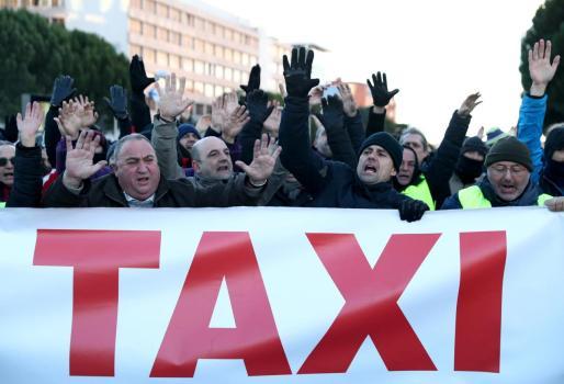 Un grupo de taxistas protestando frente las instalaciones de Ifema.