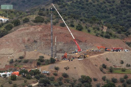 El equipo de rescate de Julen, el niño de dos años que cayó hace diez días a un pozo en Totalán (Málaga), ha finalizado el ensanche del túnel vertical de 60 metros de profundidad paralelo al orificio y han comenzado de nuevo a entubarlo.