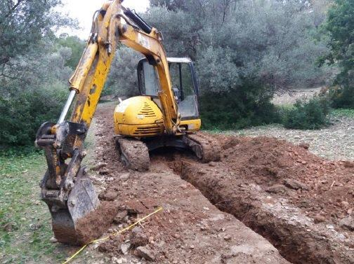 Imagen de la excavadora utilizada para realizar una zanja en Estellencs.