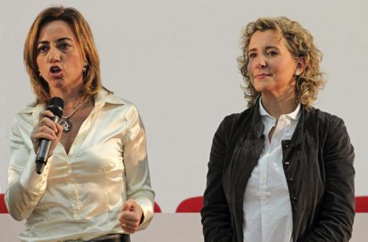 La ex ministra de Defensa, Carme Chacón (i), junto a la ex alcaldesa de Palma de Mallorca, Aina Calvo.