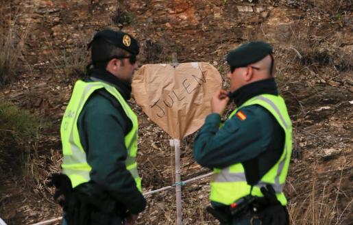 Dos guardia civiles en el rescate de Julen.