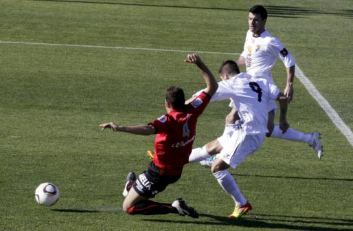 El jugador del Mallorca Mateo lucha un balón con un jugador del Teruel.