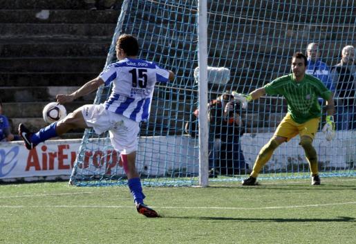 El jugador del Atlètic Balears Perera trata de rematar a portería.