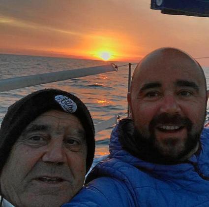 El hijo de Álvaro Aguirre, en la foto con su padre, anunció este miércoles a través de las redes sociales que los tres tripulantes estaban en buen estado.