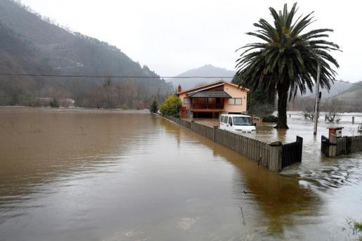 Vista del Sella desbordado a su paso por Santianes (Arriondas).