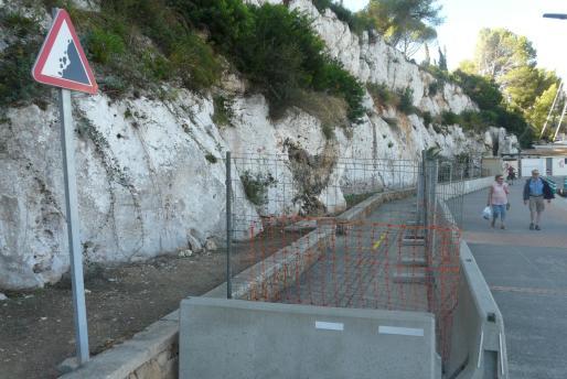Zona de riesgo de desprendimiento en el muelle de Porto Cristo.