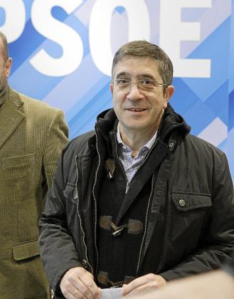 El lehendakari y secretario general de PSE/EE, Patxi López, a su llegada ayer en Ferraz.