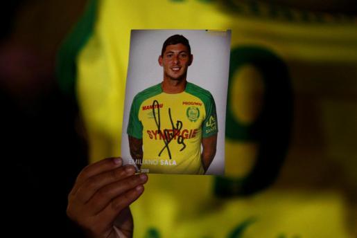 Un aficionado del Nantes mostrando una foto de Emiliano Sala