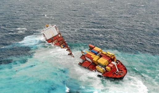 El casco del buque carguero liberiano 'Rena' partido en dos a causa del fuerte oleaje en las costas de Tauranga.