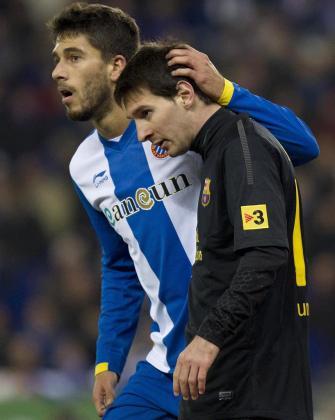 El delantero argentino del FC Barcelona Lionel Messi (d) y el defensa del RCD Espanyol Dídac Vila durante el partido.
