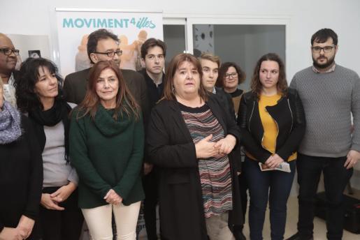 Xelo Huertas, actual diputada del Grupo Mixto, junto a parte de las personas que le acompañan en el partido Moviment 4 Illes, su nuevo proyecto político que presentó en Palma.     FOTO: BOTA